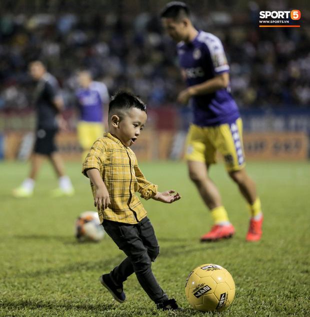 Khoảnh khắc vui đùa hạnh phúc của nhà vô địch V.League cùng con trai, niềm vui nhân đôi khi ẵm trọn 2 danh hiệu cao quý nhất-7