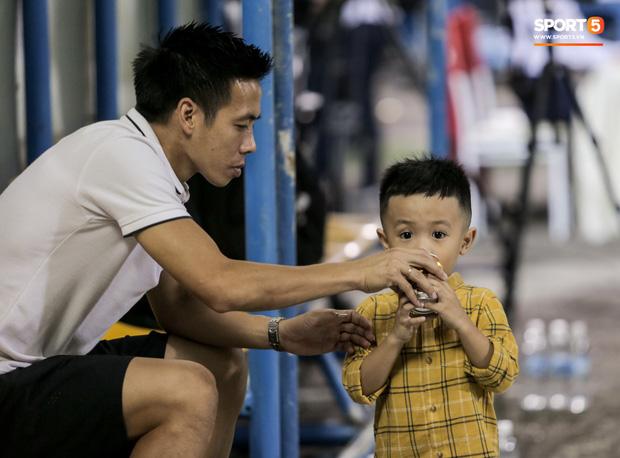 Khoảnh khắc vui đùa hạnh phúc của nhà vô địch V.League cùng con trai, niềm vui nhân đôi khi ẵm trọn 2 danh hiệu cao quý nhất-8