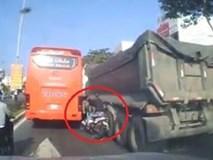 Nam thanh niên vượt ẩu suýt chết khi kẹt giữa ôtô khách và xe tải