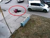 Ôtô cán qua người đi bộ 2 lần rồi bỏ chạy