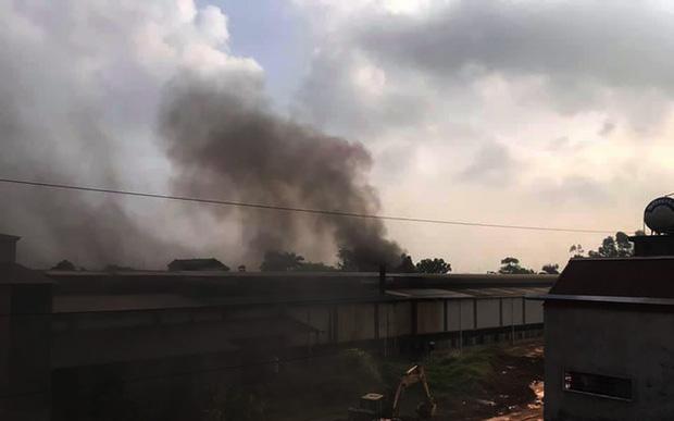 Người dân cạnh Công ty có dầu thải đổ xuống sông Đà chìm trong khói ô nhiễm-1