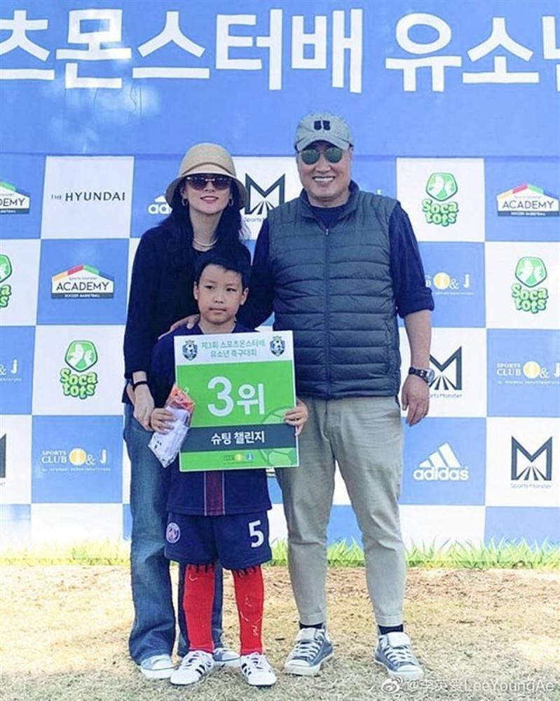 Lộ hình ảnh hiếm hoi của chồng đại gia 70 tuổi và con trai của nàng Dae Jang Geum Lee Young Ae-1