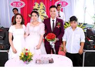 Biểu cảm trái ngược với cả hội hôn, cậu em trai trong bức ảnh ngày cưới chị gái thu hút mọi ánh nhìn