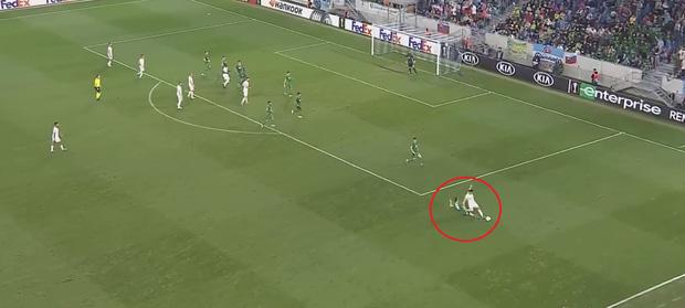 Nhận 2 thẻ vàng trong 20 giây, cầu thủ thản nhiên rời sân rồi để lại nụ cười đầy ẩn ý-2