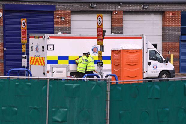 Vụ 39 thi thể trong container: Xác người nằm chồng chất lên nhau, dấu tay đẫm máu cho thấy nạn nhân kêu cứu nhưng bất thành-2