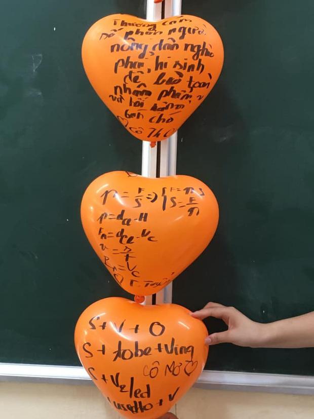 Cô giáo bảo trang trí Halloween thật kinh dị, đám học sinh chỉ viết mấy câu lên bóng bay mà ai nhìn vào cũng khiếp sợ-1
