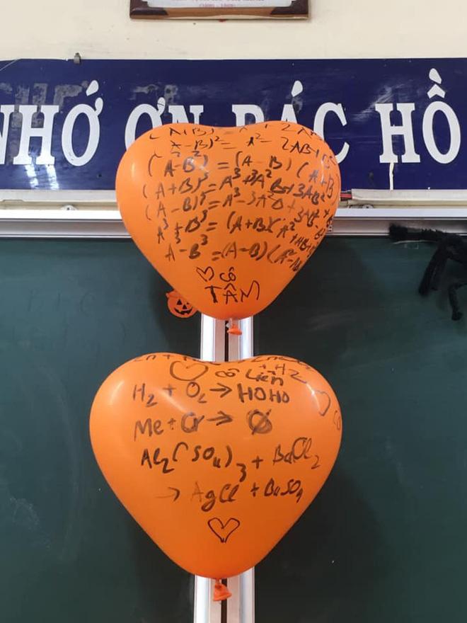 Cô giáo bảo trang trí Halloween thật kinh dị, đám học sinh chỉ viết mấy câu lên bóng bay mà ai nhìn vào cũng khiếp sợ-2