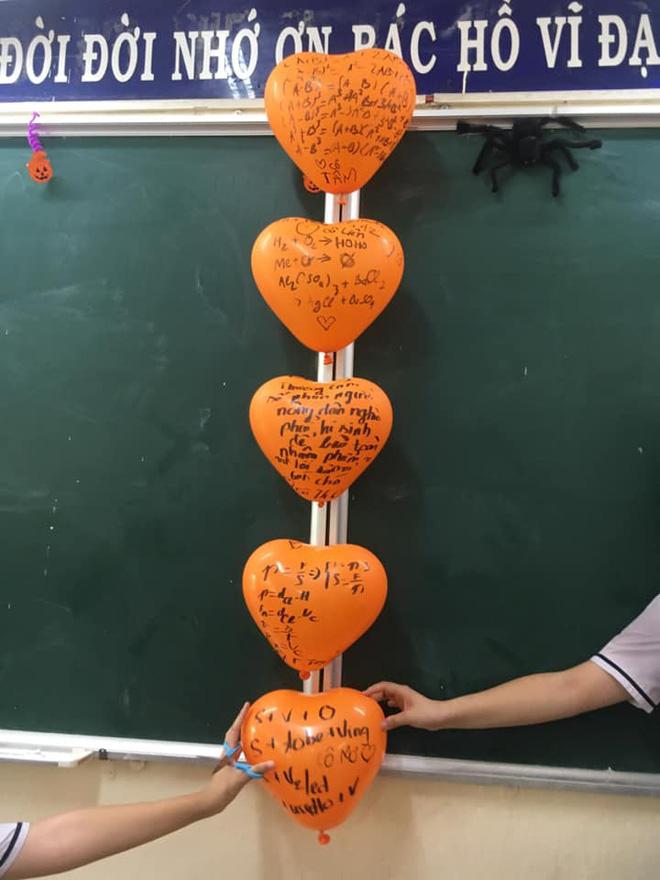 Cô giáo bảo trang trí Halloween thật kinh dị, đám học sinh chỉ viết mấy câu lên bóng bay mà ai nhìn vào cũng khiếp sợ-3