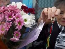 Người dân cầu nguyện tại nơi phát hiện 39 người chết trong container