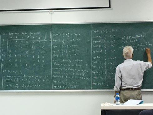 Mới 5 phút giảng viên đã chép kín bảng toàn số 0 số 1, sinh viên đi muộn môn này cứ xác định mất gốc và đóng tiền học lại-1