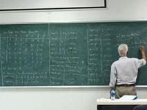 Mới 5 phút giảng viên đã chép kín bảng toàn số 0 số 1, sinh viên đi muộn môn này cứ xác định mất gốc và đóng tiền học lại