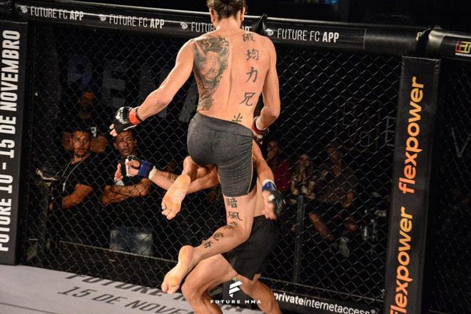 """Bế quan"""" luyện võ 3 năm: Võ sỹ trở lại tung đầu gối bay đẹp nhất MMA-1"""