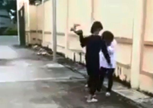 """Bị mắng thua con nhà người ta"""", nữ sinh uất ức lấy mũ bảo hiểm đập vào đầu bạn-1"""