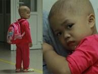 """Xót lòng bé gái ung thư 3 tuổi đeo cặp sách lon ton trong bệnh viện: """"Ngày nào nó cũng đòi đi học'"""