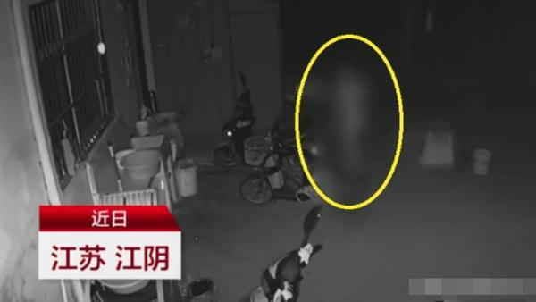 Nửa đêm tỉnh giấc vì có ai đụng vào, người phụ nữ tá hỏa phát hiện đứng bên cạnh giường là một người đàn ông lạ mặt khỏa thân-1