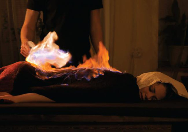 """Tá hỏa"""" với phương pháp đốt lửa lên mặt để làm đẹp da: Chuyên gia lý giải tường tận thông tin ai nghe xong cũng giật mình-3"""