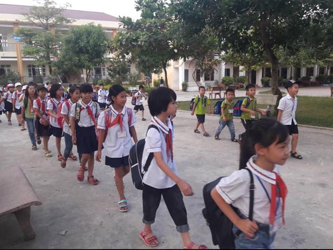 Không chỉ phụ huynh, học sinh Nam Định tan trường cũng tự giác xếp hàng đi ra khiến ai nấy xuýt xoa: Cần nhân rộng-1