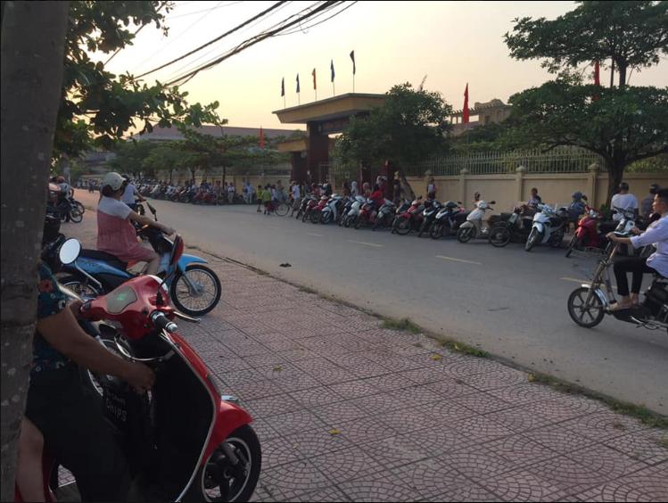 Không chỉ phụ huynh, học sinh Nam Định tan trường cũng tự giác xếp hàng đi ra khiến ai nấy xuýt xoa: Cần nhân rộng-2