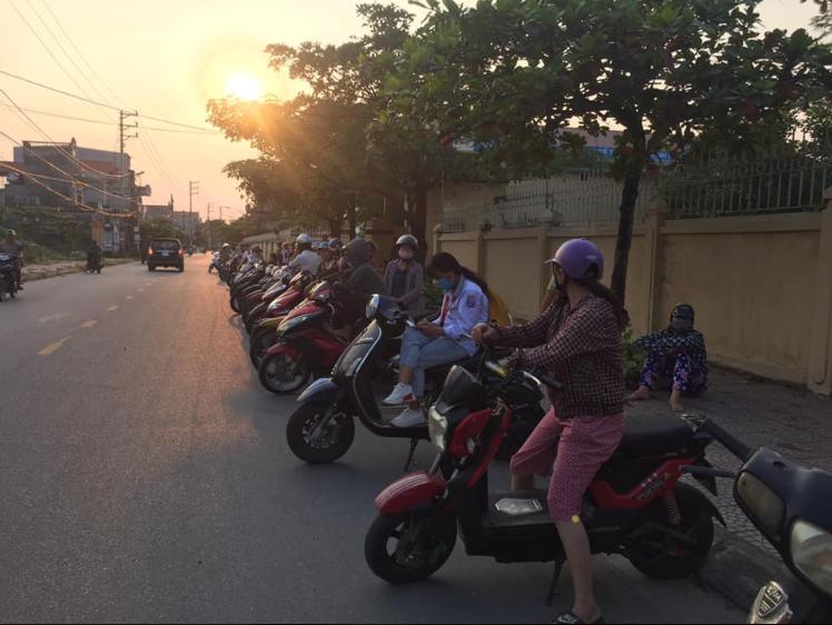 Không chỉ phụ huynh, học sinh Nam Định tan trường cũng tự giác xếp hàng đi ra khiến ai nấy xuýt xoa: Cần nhân rộng-4