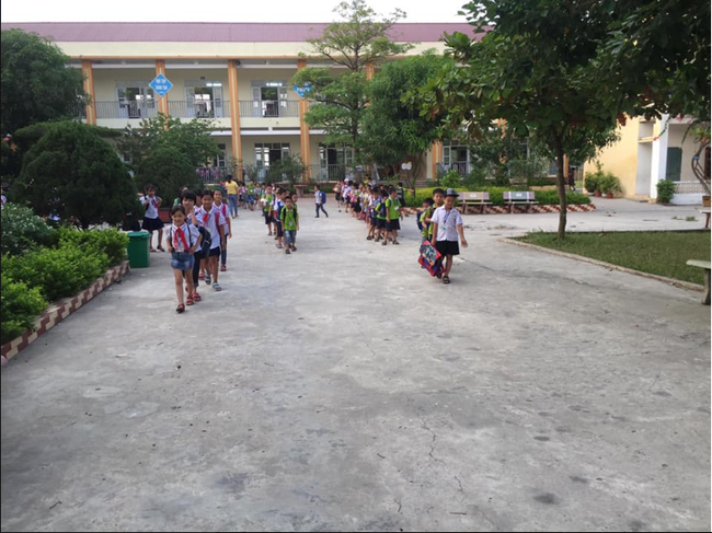 Không chỉ phụ huynh, học sinh Nam Định tan trường cũng tự giác xếp hàng đi ra khiến ai nấy xuýt xoa: Cần nhân rộng-6