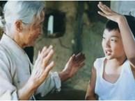 Bà nội định mang quà biếu giáo viên để cháu được ưu ái, cậu bé nói 1 câu khiến bà thay đổi, ai nấy đều khen: Nhỏ tuổi mà chững chạc