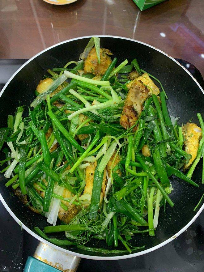 Gái một con Vân Trang vào bếp làm món đặc biệt, tá hoả với bình luận của chồng thiếu gia-5