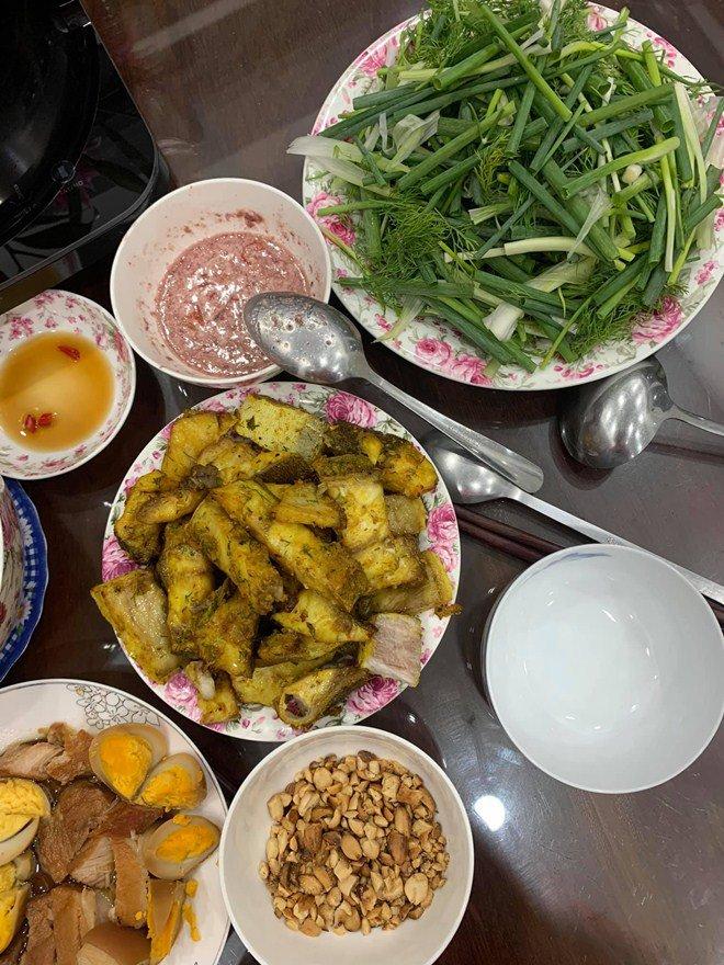 Gái một con Vân Trang vào bếp làm món đặc biệt, tá hoả với bình luận của chồng thiếu gia-6