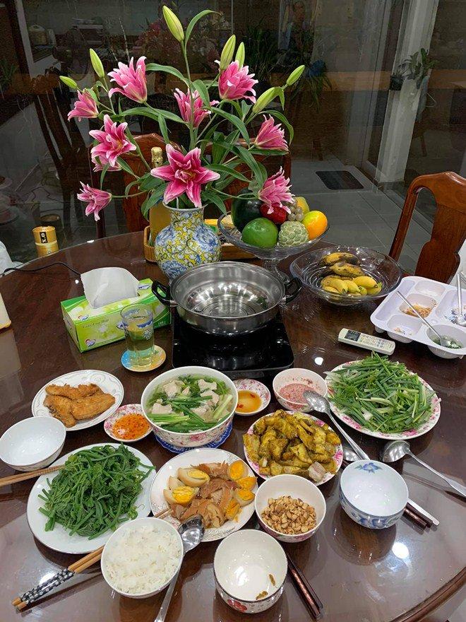 Gái một con Vân Trang vào bếp làm món đặc biệt, tá hoả với bình luận của chồng thiếu gia-7