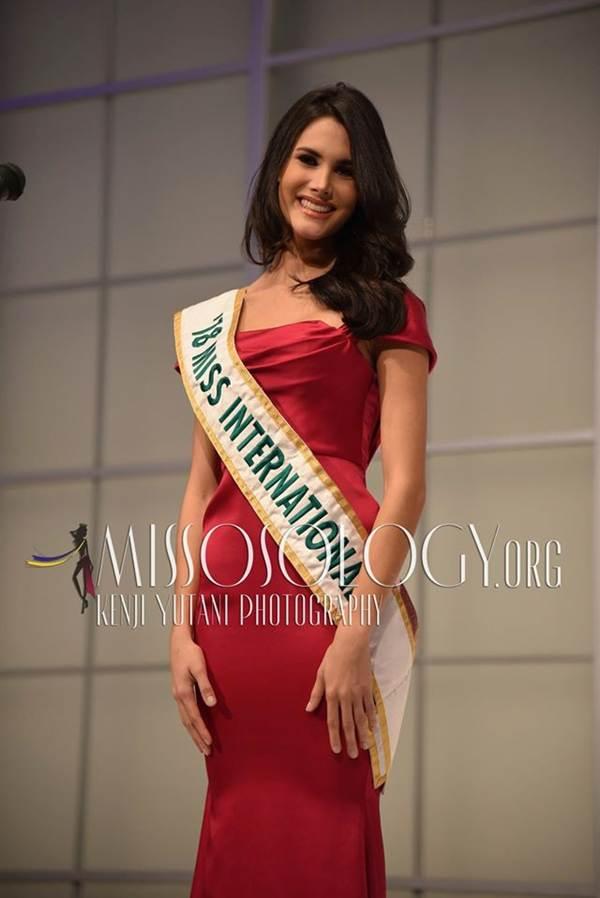 Tường San xinh đẹp đọ sắc cùng đương kim Hoa hậu Quốc tế ở họp báo-8