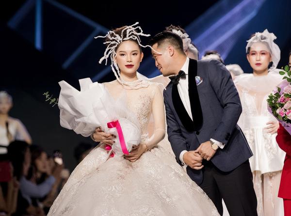 Thiếu gia Phillip Nguyễn tặng hoa, muốn hôn Linh Rin trên sân khấu-7