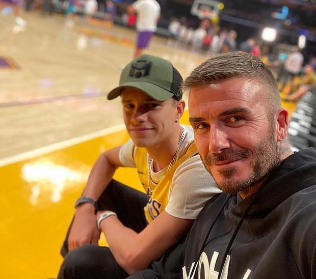 Beckham cùng con trai tươi rói khi xuất hiện trên sân bóng, thế nhưng điều được chú ý lại là ánh mắt say đắm của ông bố 4 con nhìn hoạt náo viên-8