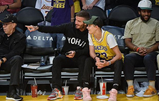 Beckham cùng con trai tươi rói khi xuất hiện trên sân bóng, thế nhưng điều được chú ý lại là ánh mắt say đắm của ông bố 4 con nhìn hoạt náo viên-5