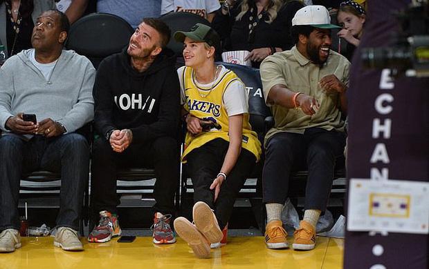 Beckham cùng con trai tươi rói khi xuất hiện trên sân bóng, thế nhưng điều được chú ý lại là ánh mắt say đắm của ông bố 4 con nhìn hoạt náo viên-4