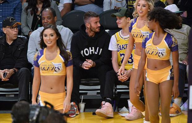 Beckham cùng con trai tươi rói khi xuất hiện trên sân bóng, thế nhưng điều được chú ý lại là ánh mắt say đắm của ông bố 4 con nhìn hoạt náo viên-3