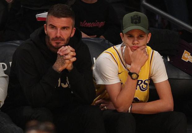 Beckham cùng con trai tươi rói khi xuất hiện trên sân bóng, thế nhưng điều được chú ý lại là ánh mắt say đắm của ông bố 4 con nhìn hoạt náo viên-6