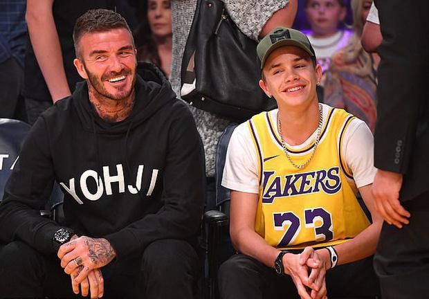 Beckham cùng con trai tươi rói khi xuất hiện trên sân bóng, thế nhưng điều được chú ý lại là ánh mắt say đắm của ông bố 4 con nhìn hoạt náo viên-1