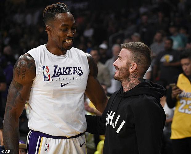 Beckham cùng con trai tươi rói khi xuất hiện trên sân bóng, thế nhưng điều được chú ý lại là ánh mắt say đắm của ông bố 4 con nhìn hoạt náo viên-7