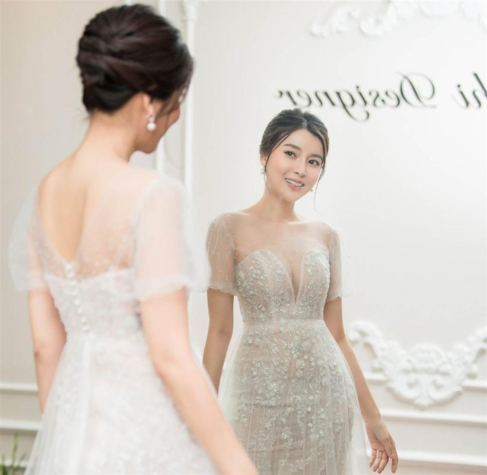 Cao Thái Hà khoe dáng với váy cúp ngực ở hậu trường-4