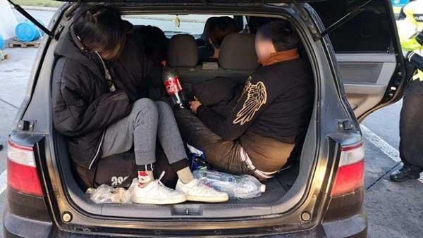 Cảnh sát Đức bắt 17 người Việt nhập cư trái phép, trốn trên ô tô-1