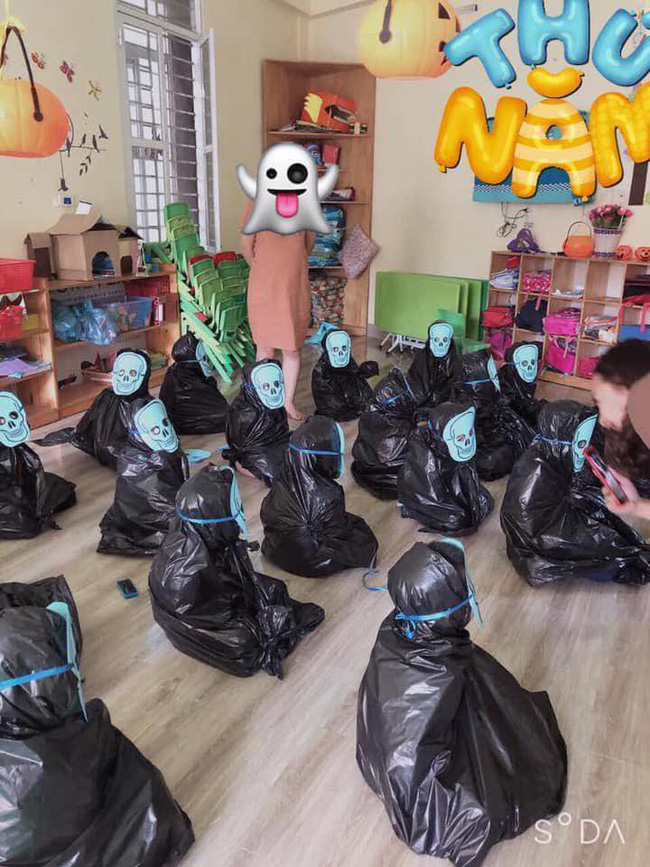 Cô giáo thử thách bố mẹ đoán con trong hàng loạt Vô Diện giống nhau y xì đúc vào ngày Halloween, hài nhất là chi tiết tìm con mắt 2 mí-1