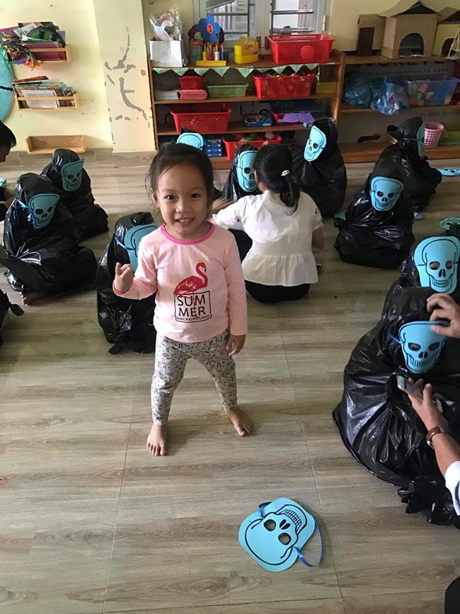 Cô giáo thử thách bố mẹ đoán con trong hàng loạt Vô Diện giống nhau y xì đúc vào ngày Halloween, hài nhất là chi tiết tìm con mắt 2 mí-2
