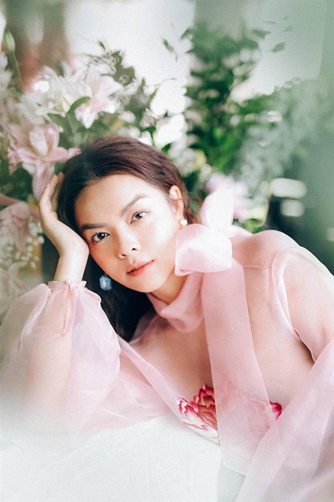 Phạm Quỳnh Anh tiếp tục khiến fan xiêu lòng khi khoe nhan sắc không tuổi bên hoa-1