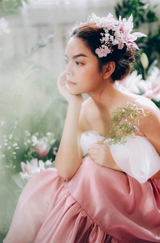 Phạm Quỳnh Anh tiếp tục khiến fan xiêu lòng khi khoe nhan sắc không tuổi bên hoa-10