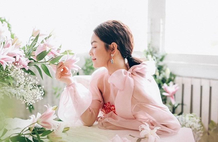 Phạm Quỳnh Anh tiếp tục khiến fan xiêu lòng khi khoe nhan sắc không tuổi bên hoa-2