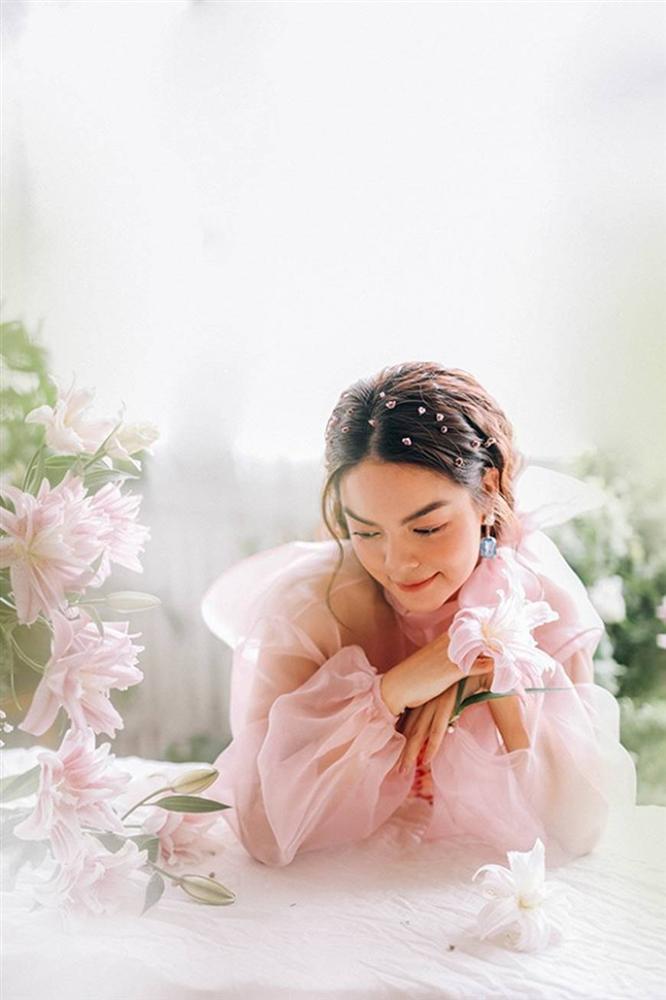 Phạm Quỳnh Anh tiếp tục khiến fan xiêu lòng khi khoe nhan sắc không tuổi bên hoa-3