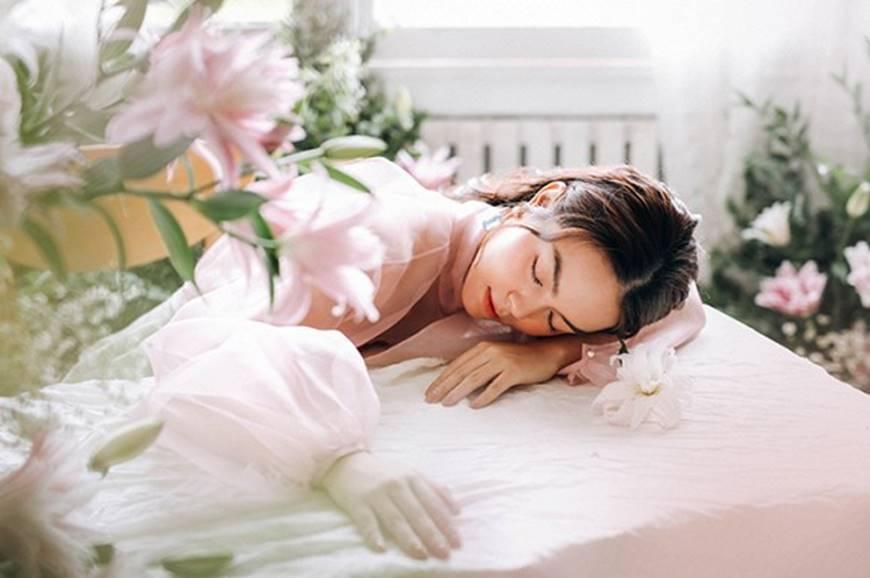 Phạm Quỳnh Anh tiếp tục khiến fan xiêu lòng khi khoe nhan sắc không tuổi bên hoa-4