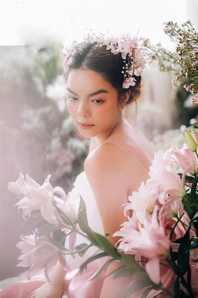 Phạm Quỳnh Anh tiếp tục khiến fan xiêu lòng khi khoe nhan sắc không tuổi bên hoa-6