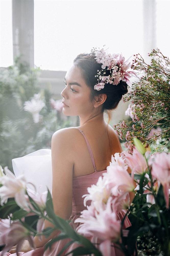 Phạm Quỳnh Anh tiếp tục khiến fan xiêu lòng khi khoe nhan sắc không tuổi bên hoa-7