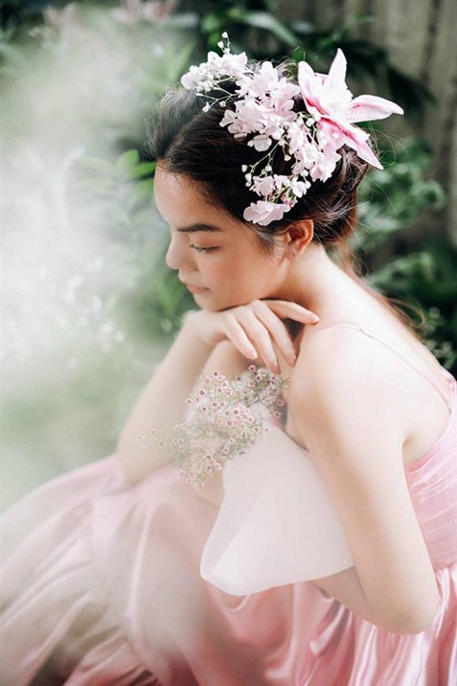 Phạm Quỳnh Anh tiếp tục khiến fan xiêu lòng khi khoe nhan sắc không tuổi bên hoa-8