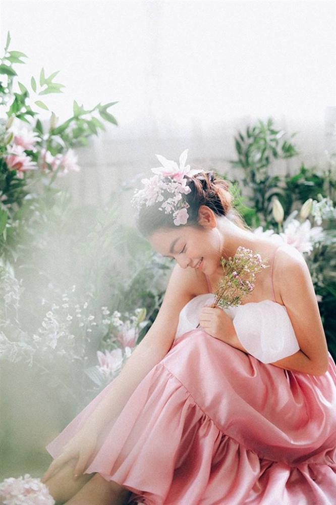 Phạm Quỳnh Anh tiếp tục khiến fan xiêu lòng khi khoe nhan sắc không tuổi bên hoa-9
